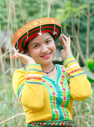 Sẽ không thể nào quên được hình ảnh của người con gái Mông đi qua vườn đào với màu váy xòe rực rỡ.