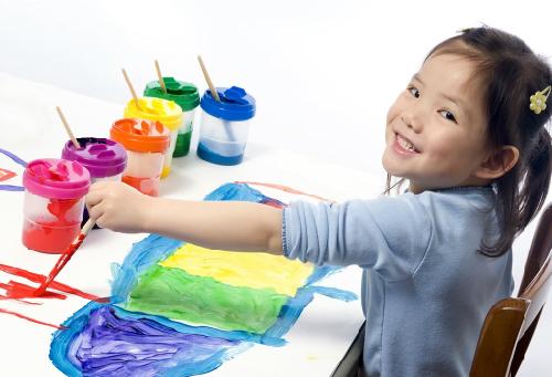 Trẻ 4 tuổi có thể nói một vài màu và số. Ảnh: alphacares.