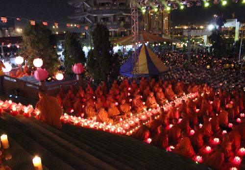 Bắt đầu từ 21h, hàng nghìn ánh sáng hoa đăng tràn ngập lễ hội.