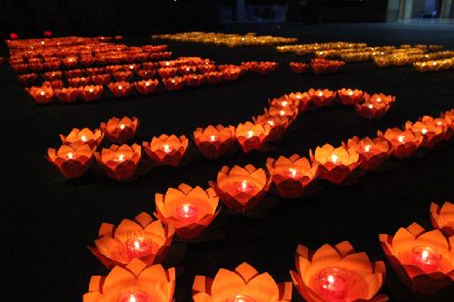 Đèn hoa đăng xếp thành dòng chữ