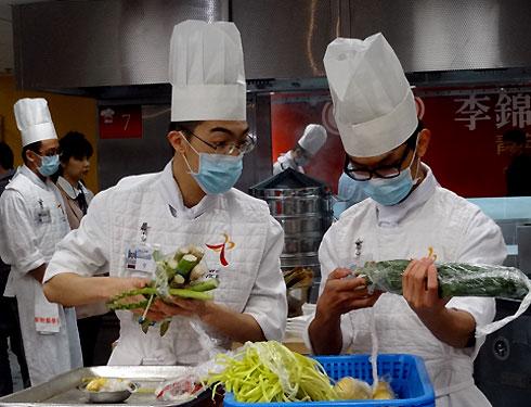 Quy trình giữ gìn vệ sinh an toàn thực phẩm được các đầu bếp rất chú trọng. Họ được cung cấp nguyên liệu tươi, sạch để hoàn thành bài thi.
