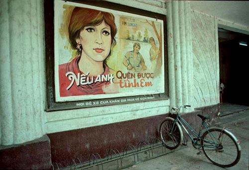 """Chiếc xe đạp được khóa cẩn thận trước cửa rạp chiếu phim. Trong nhà, xe đạp được để ở vị trí trang trọng, có gia đình còn đặt nó trên một cái giá đỡ bằng gỗ chứ nhất định không để bệt xuống đất, xe không có một hạt bụi. """"Mua một chiếc xe đạp Phượng Hoàng có giá 220 đồng, xe Favorit có giá 1.000 đồng, bằng 2 năm tiền lương công chức"""", ông Trịnh Kim Thắng (60 tuổi) nhớ lại ký ức một thời khốn khó. Bản thân ông phải chờ 10 năm, nhờ danh hiệu cán bộ tiên tiến mới mua được một chiếc xe đạp Phượng Hoàng."""