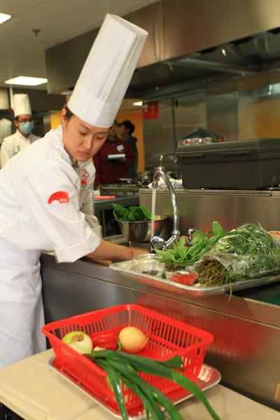 Trong ảnh: nữ đầu bếp người Hàn Quốc