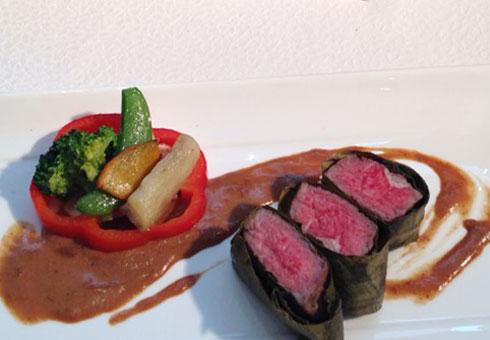 Món thịt bò cuộn rong biển ăn kèm các loại rau củ là thành quả của thí sinh đến từ đoàn Nhật Bản.