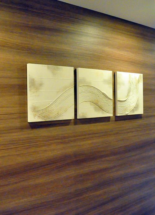 Tranh đá trang trí treo trên tường phòng khách, chan hòa với không gian chung.