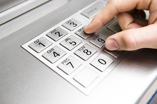 Sử dụng ATM có thể mang đến nhiều thứ hơn là thông tin tài khoản. Ảnh: chicagotribune