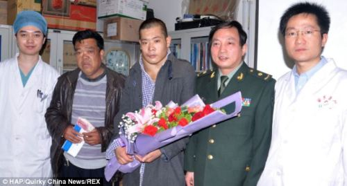 He Yang (center) and father and the doctor performing surgery Photo: Newsrt