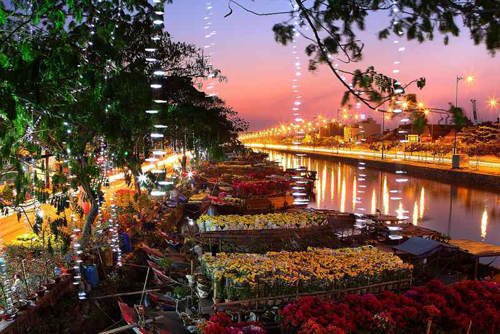 Bến Bình Đông nhộn nhịp trong những ngày giáp tết trên bến dưới thuyền tấp nập những màu hoa ,tạo nên một mùa xuân vui tươi - yên bình- hạnh phúc. ( ảnh chụp tại bến Bình Đông 27/1/2014 tức 27 tết ) Nguyễn Văn Khánh.