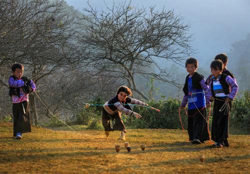 Chơi ném cù.  Ảnh chụp ngày 7-1-2014 tại Mộc Châu nhân ngày Tết Mông