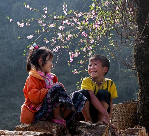 Đôi bạn thân. Những ngày tết của dân tộc Dao ở Mộc Châu, các cô bé cậu bé thường chơi ném còn hay leo lên một chỗ nào đó vui đùa trò chuyện, trông đôi bạn thật vui vẻ và hồn nhiên