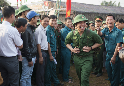 Niềm vui ngày nhập ngũ. Ảnh chụp ngày 18/2 trong lễ đưa quân của quận đội Ninh Kiều Cần Thơ