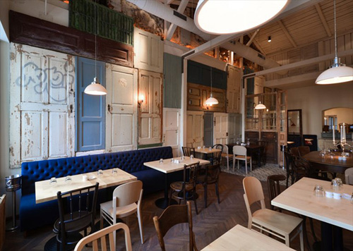 Độc đáo nhà hàng trang trí bằng 200 cánh cửa