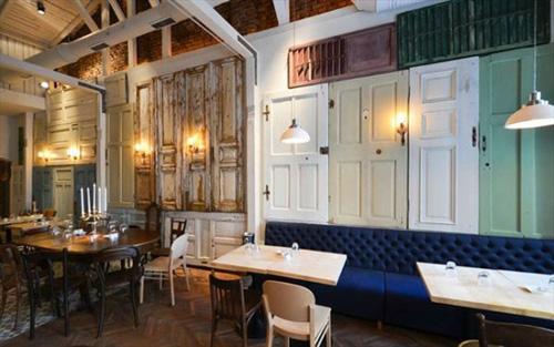 Nhà hàng trang trí bằng 200 cánh cửa 4