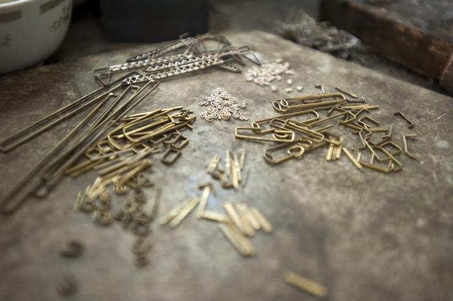 Có hai bằng đại học vẫn theo nghề thợ bạc gia truyền