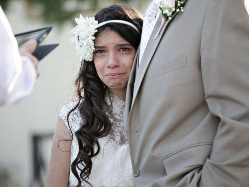 Cô dâu nhỏ Josie ngấn nước mắt bên cha trong lễ cưới giả của mình. Ảnh: abcnews
