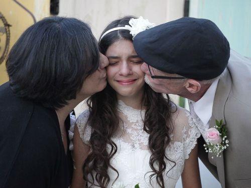 Josie nhận nụ hôn từ cha và mẹ trong tiệc cưới xúc động. Ảnh: abcnews