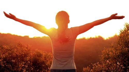 Dậy sớm không chỉ giúp bạn tận hưởng không khí trong lành của một ngày mới mà còn là một cách giảm cân miễn phí. Ảnh: npr.org