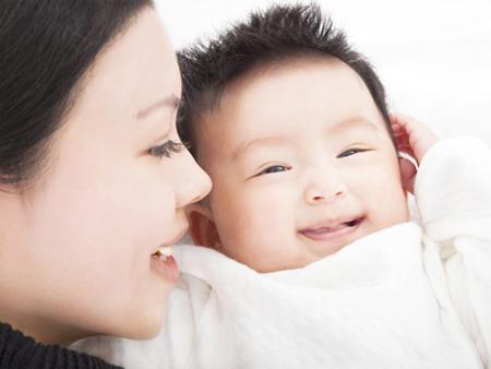Duy trì nhiệt độ ổn định và mát mẻ cho phòng sẽ giúp bé thoải mái hơn trong mùa nóng.