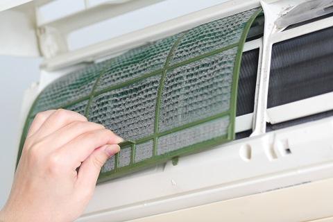 Thay lưới lọc bên trong máy điều hòa có thể giúp giảm tiêu hao năng lượng lên đến 5-15%.