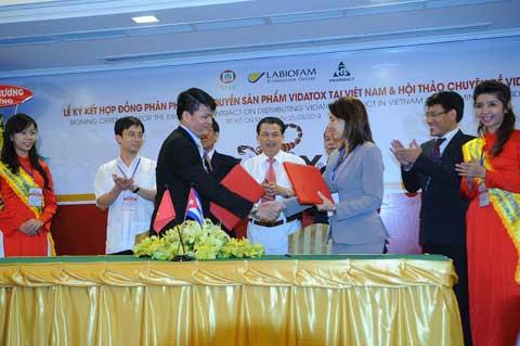 Đoàn đại biểu Labiofam Cuba và đại diện công ty dược phẩm HT trong lễ ký kết phân phối độc quyền sản phẩm vidatox plus