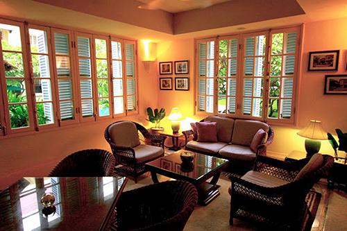 Phòng sinh hoạt chung với sự kết hợp hài hòa vật liệu, màu sắc, và ánh sáng mang đâm nét phong cách Đông Dương và tạo cảm giác ấm áp. Ảnh:Londonfoodie.