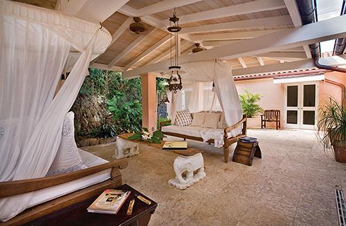 Phong cách Đông Dương kết hợp cổ điển cùng hệ rèm trắng mang lại nét trang nhã, quyền quý cho phòng khách. Sử dụng gổ cho nội thất và trần nhà với màu sắc nhạt cho bạn cảm giác mát mẻ, thư thái và gần gũi với thiên nhiên.
