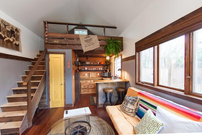 Không gian ấm cúng bên trong ngôi nhà gỗ đơn sơ