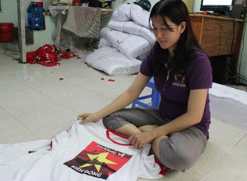 Logo in áo được Lê Thị Yến Nhi tải về từ trên mạng. Ảnh: Lê Phương.
