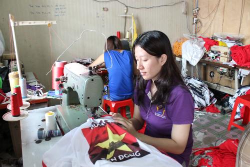 """Nhữn chiếc áo có in cờ đỏ sao vàng với dòng chữ """"Hướng về Biển Đông"""" đã được nhóm công nhân tại Tân Phú, TP HCM chuyển gửi cho các chiến sĩ đang làm nhiệm vụ ngoài hải đảo. Ảnh: Lê Phương."""