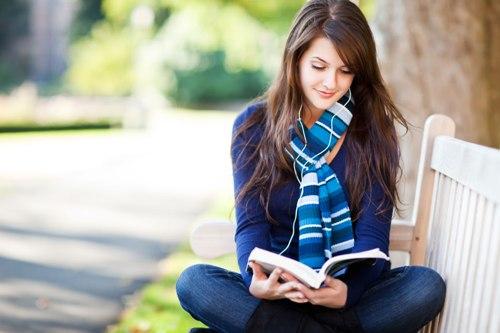 Làm bạn với sách có thể đem tới cho bạn sự sẻ chia bất ngờ. Ảnh: utne.com