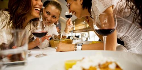 Những cuộc xôm tụ bên bạn bè thân thiết sẽ đem lại phút giây thư giãn tuyệt vời. Ảnh: oldwayspt.org