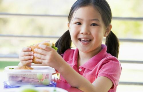 kid-eating-lunch-4430-1400053938.jpg