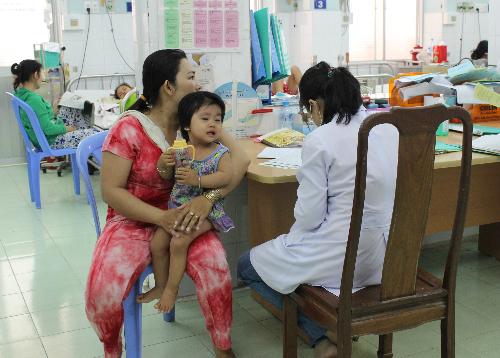 Số bệnh nhân đến khám, điều trị tay chân miệng tại khoa Nhiễm các bệnh viện Nhi tại TP HCM bắt đầu gia tăng.