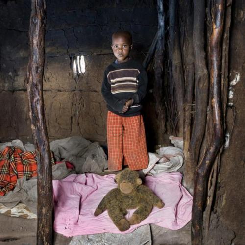 Cậu bé đến từ Keekorok, Kenya này có tên là Tangwizi. Những ngôi nhà trong làng của bé được làm từ phân động vật trộn với rơm. Giường ngủ của Tangwizi là những tấm vải rách quấn lại đặt trên nền nhà, và người bạn duy nhất của cậu là một chú khỉ nhồi bông cũ nát.
