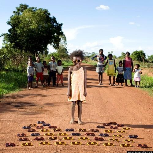 Cô bé Maudy, đến từ Zambia, nhặt được một hộp kính mát rơi trên đường, và chúng nghiễm nhiên trở thành món đồ chơi yêu thích của cô bé.