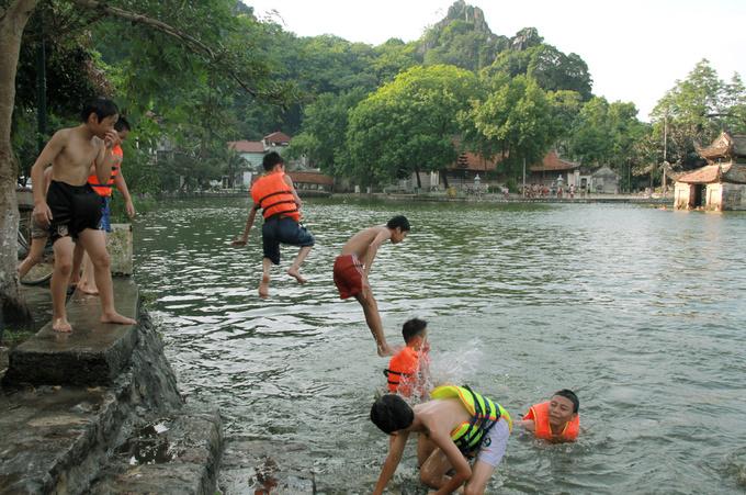 Người Hà Nội đổ xô ra hồ bơi giải nhiệt