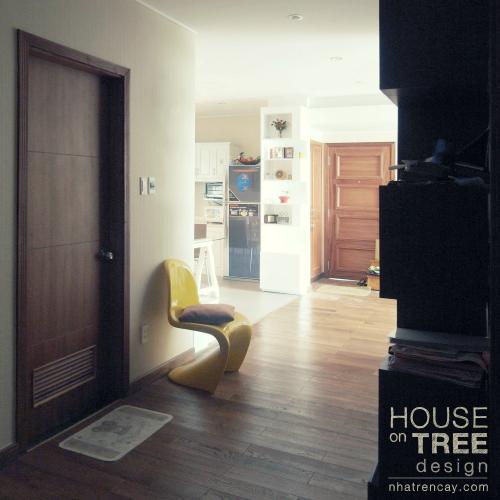 Một góc hành lang giữa các phòng được lót gỗ, vừa ấm cúng thân thiện, lại phù hợp với nhà có trẻ nhỏ.