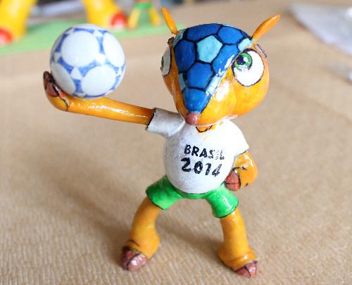 Chú Tatu Fuleco linh vật chính thức của giải vô địch bóng đá thế giới bằng vỏ trứng. Ảnh: Lê Phương.