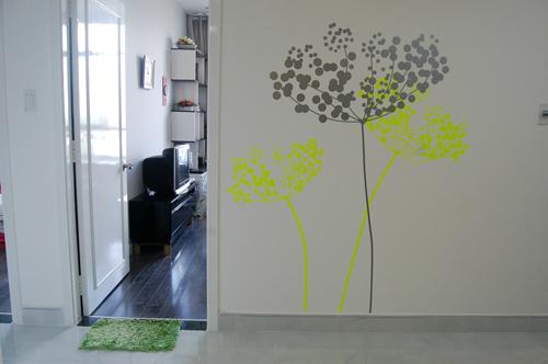 Những nét vẽ màu xanh non tạo điểm nhấn trên nền tường trắng sáng bừng và rất dễ để thực hiện.