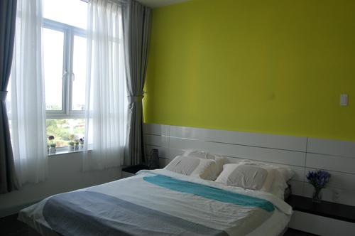 Màu xanh lá mạ non được sơn trên bức tường đầu giường ngủ tạo sinh khí mới cho nơi chốn nghỉ ngơi.