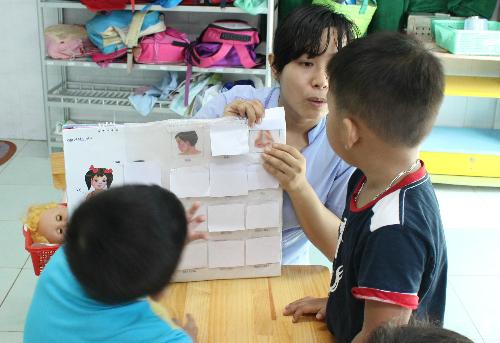 Trẻ tự kỷ cần được hỗ trợ, tập luyện nhiều về ngôn ngữ, giao tiếp. Ảnh: Lê Phương.