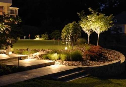 Khi sử dụng đèn vườn, chúng ta nên chủ tâm tạo ra nhiều khoảng sáng để hướng dẫn khi đi dạo quanh vườn hơn là chiếu sáng toàn bộ khu vườn.