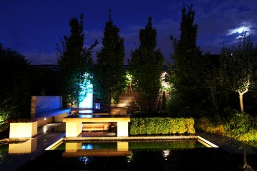 An toàn là yếu tố được quan tâm hàng đầu khi sử dụng đèn vườn. Bên trong hồ nước không nên để đèn tuy ánh sáng của nó toả ra xung quanh có thể tạo cho bạn sư ngạc nhiên, thích thú nhưng lại rất nguy hiểm. Tốt nhất nên đặt đèn ở trong các lùm cây, dưới khóm hoa hoặc dọc theo lối đi.