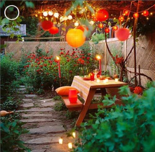 Đèn trang trí sân vườn giúp chủ nhân dễ dàng thể hiện các ý tưởng nghệ thuật của mình hơn. Với các góc chiếu sáng hợp lý bạn sẽ có một thiết kế sân vườn đẹp cho ngôi nhà của mình. Nhưng không phải đèn trang trí được sử dụng như nhau trong sân vườn mà mỗi vị trí sân vườn khác nhau nên sử dụng những kiểu dáng đèn cũng như màu sắc đèn khác biệt nhằm tăng thêm hiệu ứng thẩm mỹ cho khu vườn của gia đình bạn.