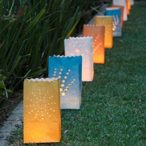 Những chiếc đèn hộp kỳ lạ được che bằng kính màu có hoa văn,