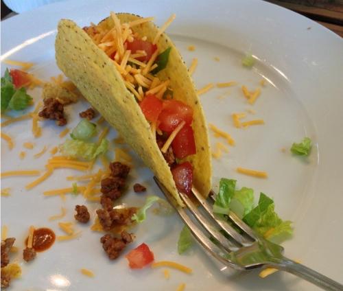 Nếu bạn muốn ăn bánh taco (bánh sandwich lâu đời của người Mexico) mà thức ăn không bị dính vào tay, bạn có thể dùng một chiếc nĩa cố định chiếc bánh như thế này và thưởng thức.