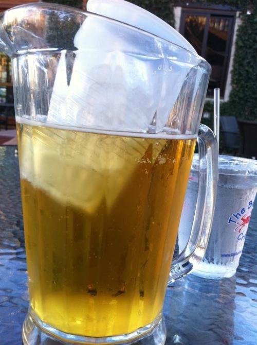 Đặt một cốc nước đá trong một bình bia để bia lạnh mà vẫn giữa được bia nguyên chất.