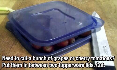 Để cắt đôi các loại thực phẩm có kích thước nhỏ đều nhau, bạn chỉ cần cho vào chiếc hộp và dùng dao cắt ngang như thế này.