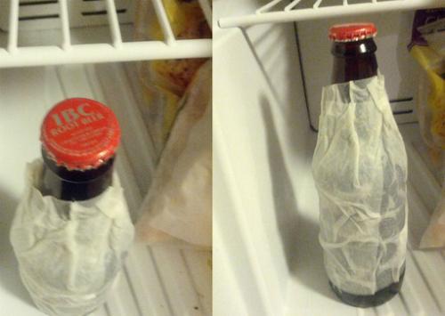 Quấn một chiếc khăn ướt quanh chai thức uống và cho vào tủ lạnh sẽ làm thức uống nhanh lạnh hơn.