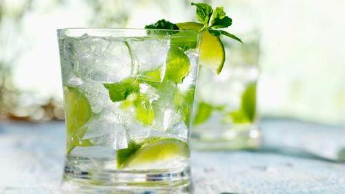 Gần đây nhiều người áp dụng phương pháp nhịn ăn trong 12 ngày, chỉ uống nước chanh đường để thanh lọc cơ thể. Ảnh: healthyfoodstar
